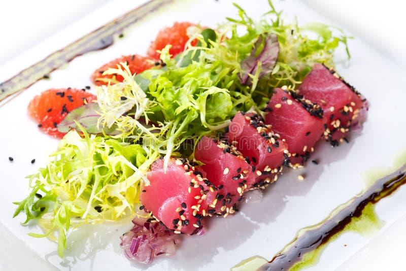 Sałatka z łososiem i tuńczykiem. zdjęcia royalty free
