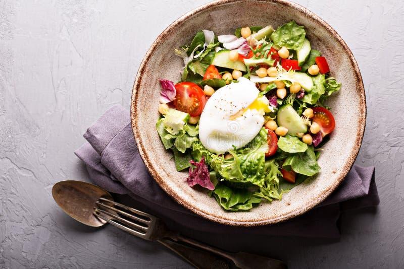 Sałatka z świeżymi warzywami i chickpeas zdjęcie stock