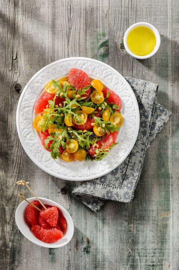 Sałatka z arugula, żółtymi pomidorami i czerwienią grapefruitowym, obrazy royalty free