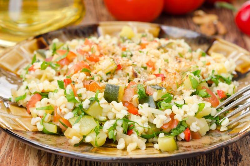 Sałatka z bulgur, zucchini, pomidorami, chili pieprzami i pietruszką, obraz royalty free