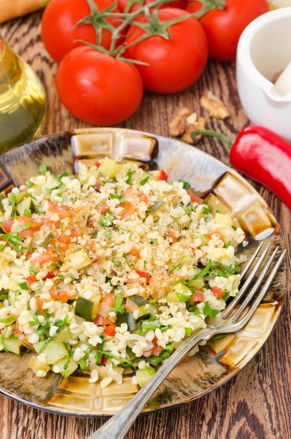 Sałatka z bulgur, zucchini, pomidorami, chili pieprzami i pietruszką, obrazy royalty free