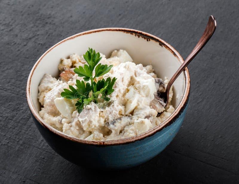 Sałatka z jajkami, chałupa serem, warzywami i zieleniami w pucharze nad ciemnym tłem, Zdrowy jedzenie, czysty łasowanie, dieting, obraz royalty free