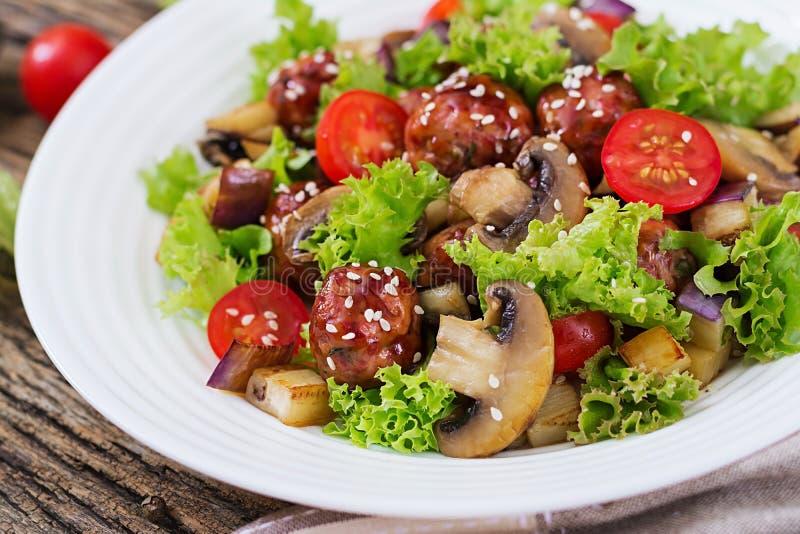Sałatka z klopsikami, oberżyna, pieczarki i pomidory w azjata, projektujemy zdjęcia stock