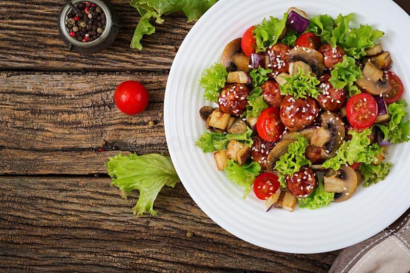 Sałatka z klopsikami, oberżyna, pieczarki i pomidory w azjata, projektujemy zdjęcie royalty free