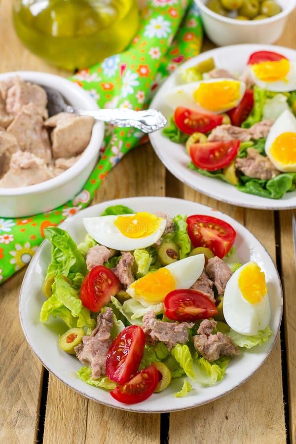 Sałatka z konserwować dorsz wątróbką, pomidorem, oliwkami i jajkiem, fotografia stock