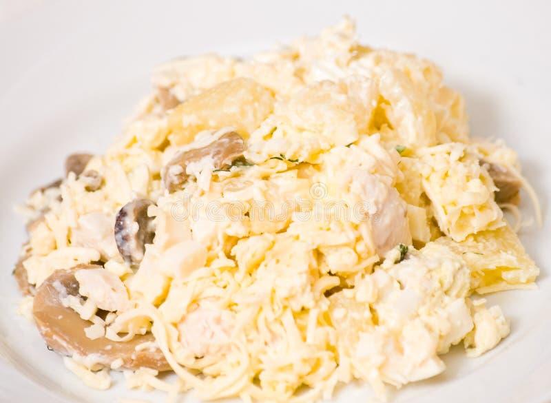 Sałatka z kurczak piersią, pieczarki, ananas, ser, jajko fotografia stock