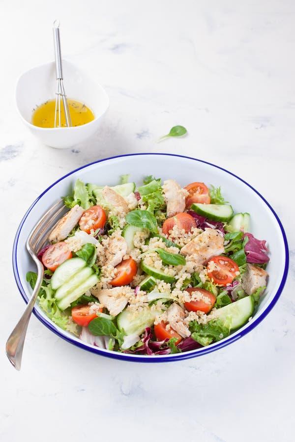 Sałatka z kurczakiem, warzywami, bulgur i oliwa z oliwek, obrazy royalty free