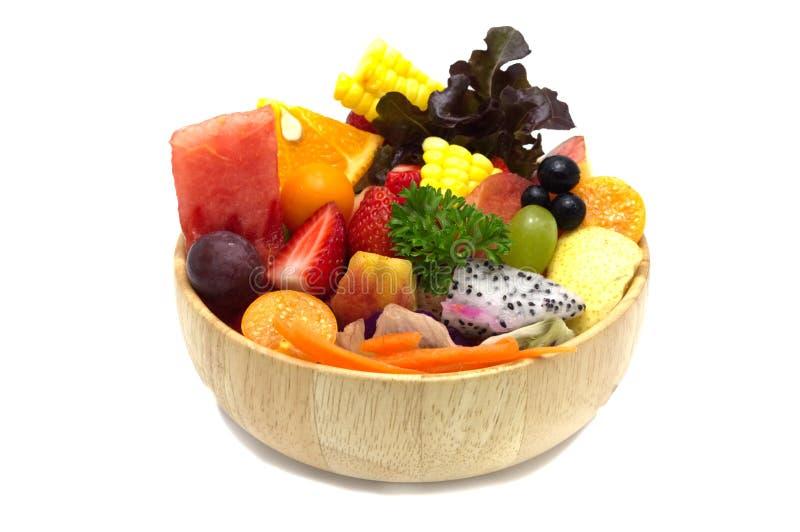 Sałatka z mieszanymi owoc i warzywo w drewnianym pucharze fotografia stock