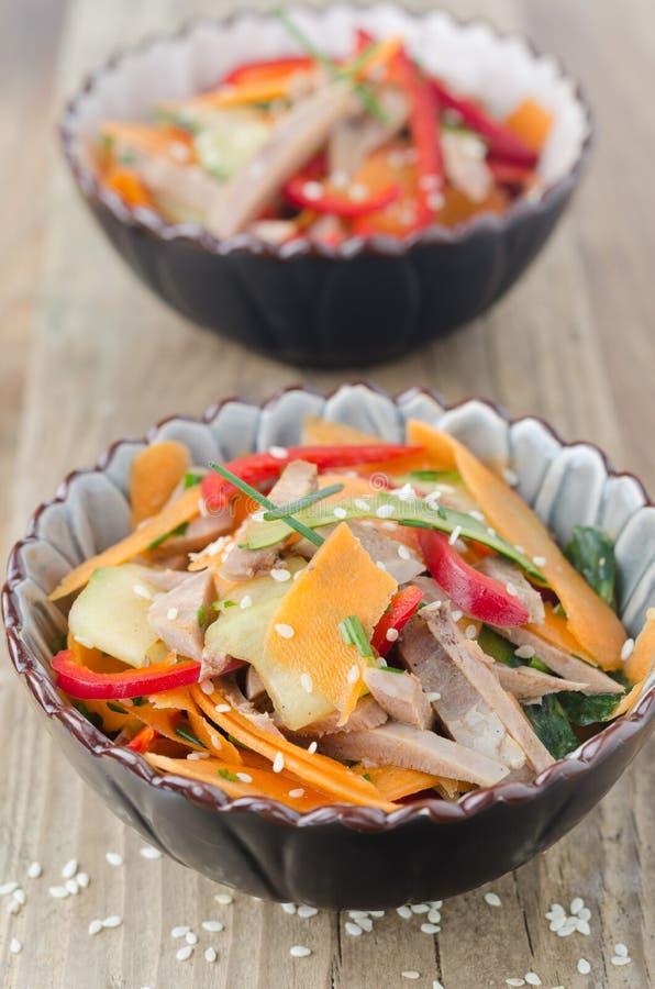 Sałatka z pieprzami, ogórek, wołowina jęzor fotografia stock