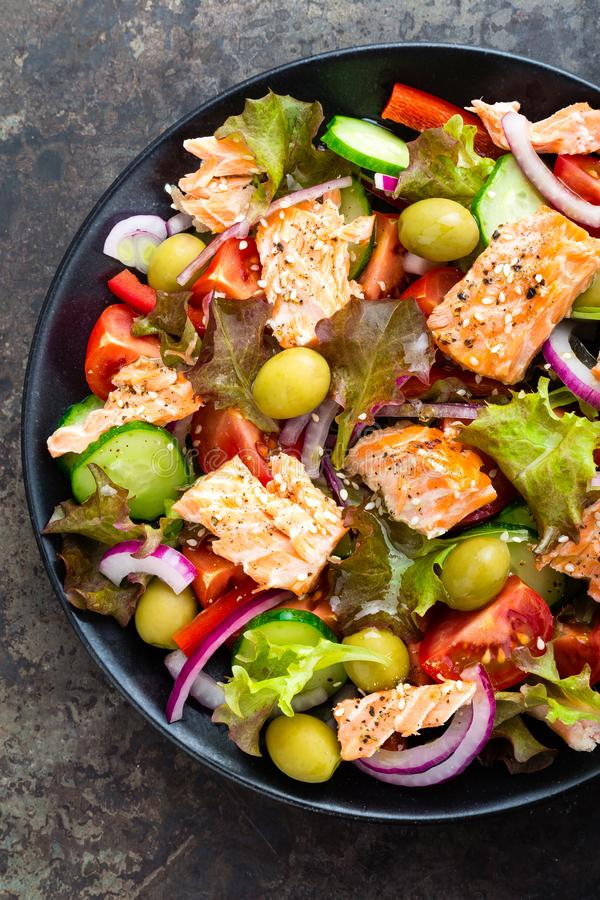 Sałatka z ryba Świeżego warzywa sałatka z łososiowy rybi polędwicowym Rybia sałatka z łososiów polędwicowymi i świeżymi warzywami obrazy stock