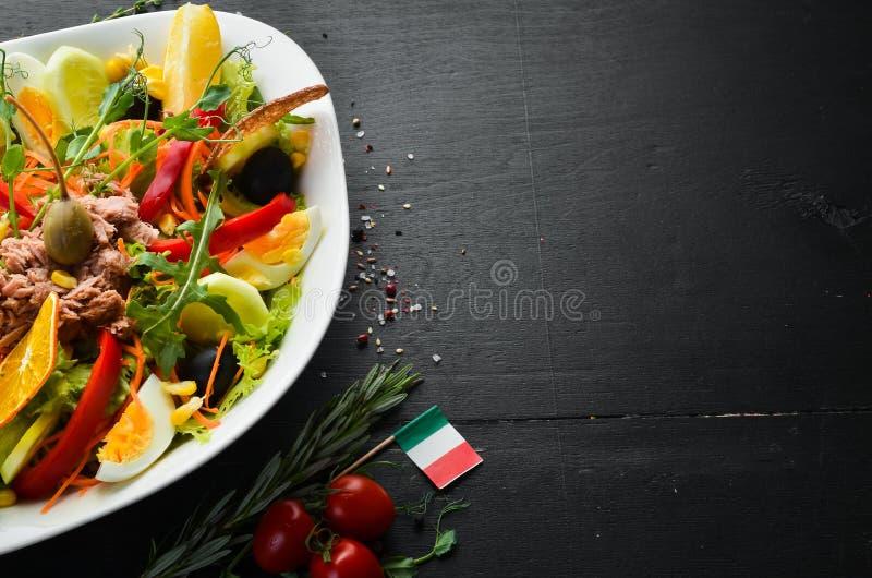 Sałatka z tuńczyka Tuńczyk, ogórek, pomidory, ser, jaja zdjęcie stock