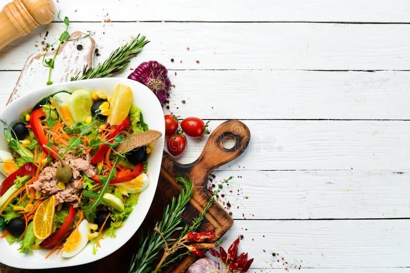 Sałatka z tuńczyka Tuńczyk, ogórek, pomidory, ser, jaja Widok z góry zdjęcie stock