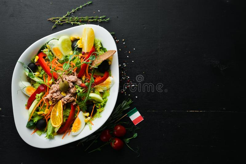 Sałatka z tuńczyka Tuńczyk, ogórek, pomidory, ser, jaja Widok z góry obraz royalty free