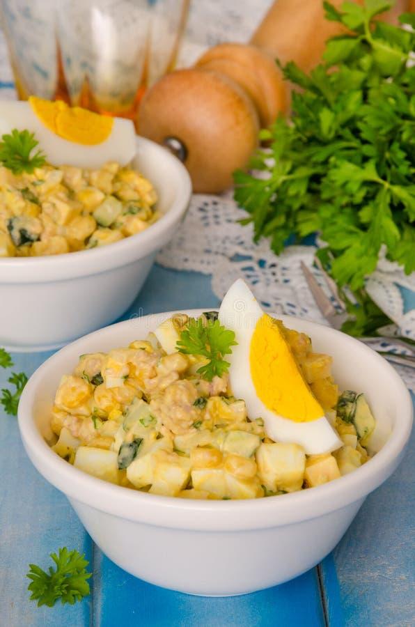 Sałatka z wątróbką dorsz, jajka, ogórki i kukurudza, zdjęcie stock