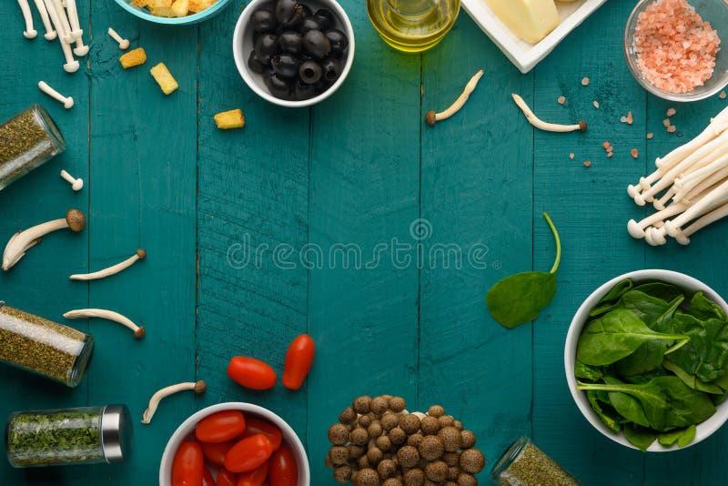 Sałatki do gotowania ze świeżymi składnikami do gotowania Przestrzeń na zielonym drewnianym tle Świeże warzywa zdjęcie stock