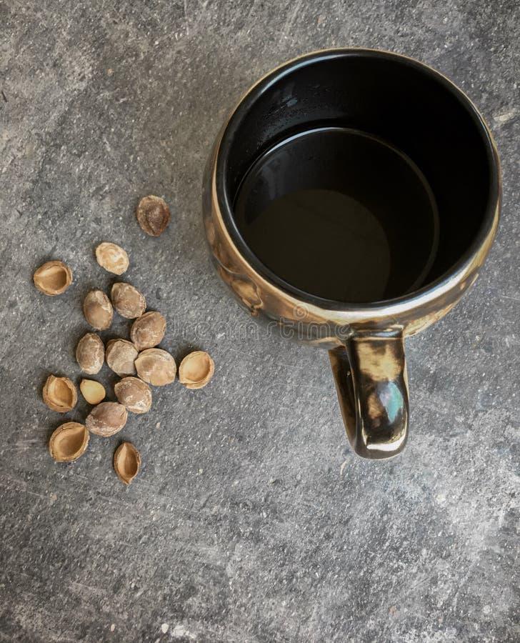 sałatki morela, ideał i smakowita przekąska zimny piwo na granitu stole obok szkła kawa, zdjęcie stock