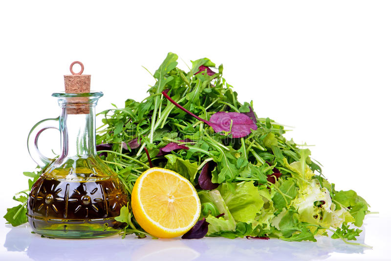 Sałatkowa mieszanka z butelką oliwa z oliwek i cytryna na bielu zdjęcia royalty free
