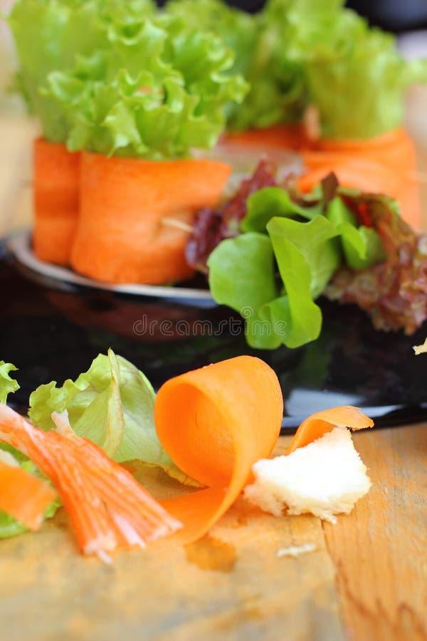 Sałatkowi warzywa - marchewki, rolki krab. fotografia stock