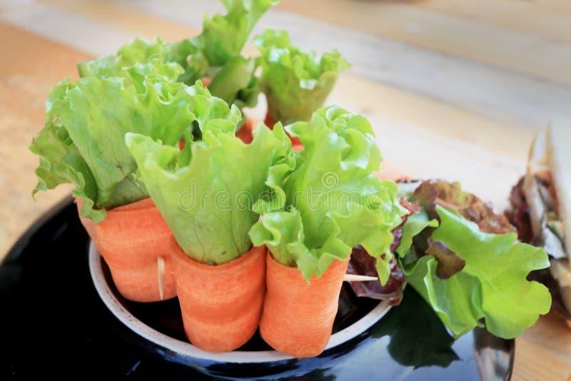 Sałatkowi warzywa - marchewki, rolki krab obrazy stock