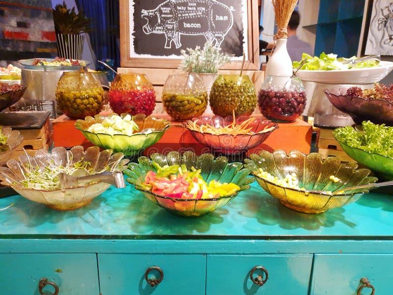 Sałatkowy bar, Świeży warzywo z dzwonkowymi pieprzami, marchewka, kukurudza, sałata, ogórek i ยickled oliwki w restauracji, zdjęcia royalty free