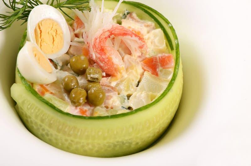 Sałatkowy Olivier z jajkami i ogórkiem zdjęcia royalty free