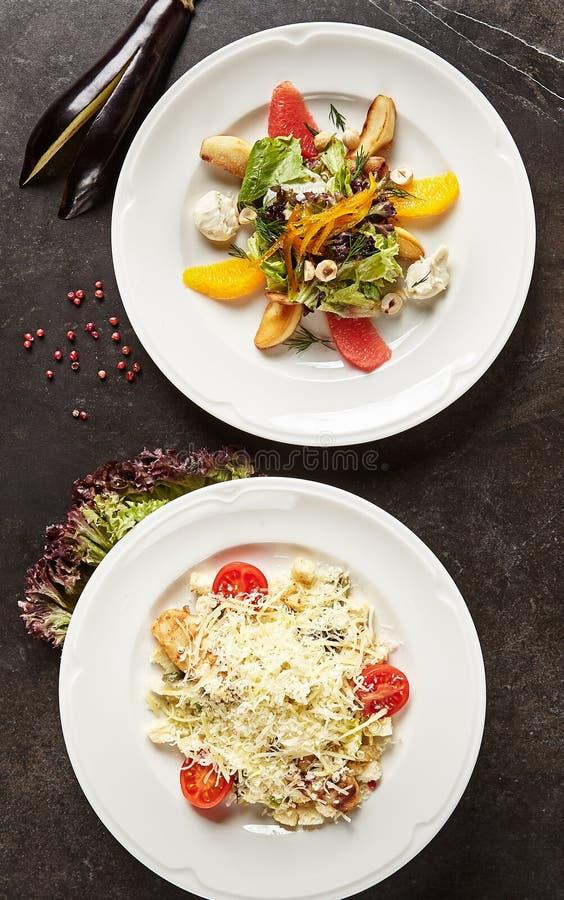 Sałatkowy Ustawiający z pieczonego kurczaka i Caesar Salat Odgórnym widokiem zdjęcie royalty free