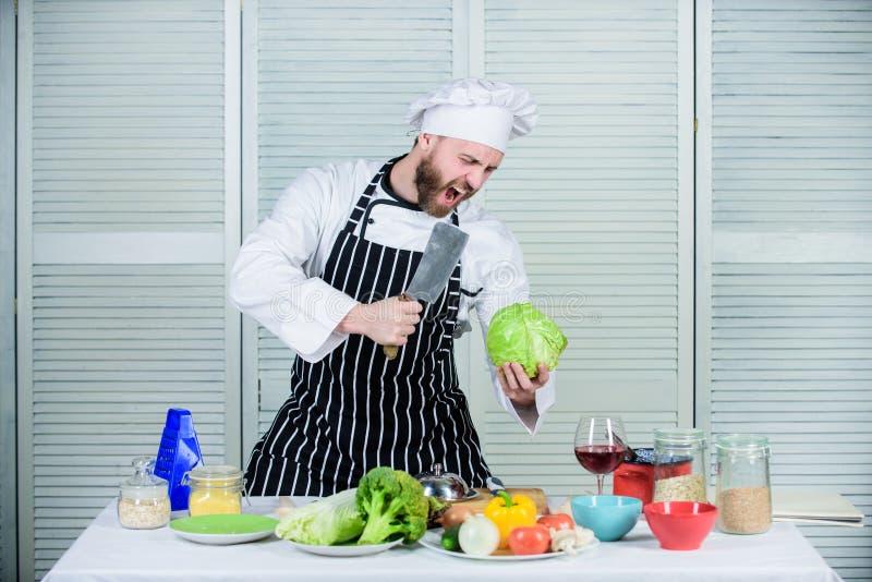 Sa?atka z ?wie?ymi lat warzywami Dieting i witamina kulinarna kuchnia kucharz w restauracji, złość Fachowy szef kuchni obrazy royalty free