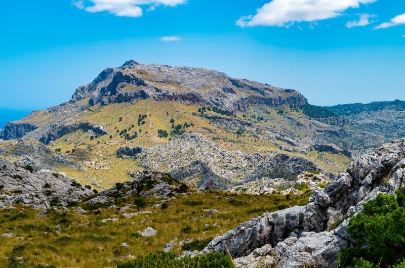 Sa Calobra i Serra de Tramuntana - berg i Mallorca, Spanien royaltyfri bild