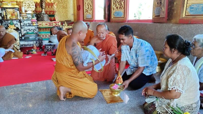 SA KAEO, TAILANDIA _ 19 de abril el monje ordenó en el templo el 19 de abril de 2018 en Sa Kaeo, Tailandia La ordenación de monje fotografía de archivo libre de regalías