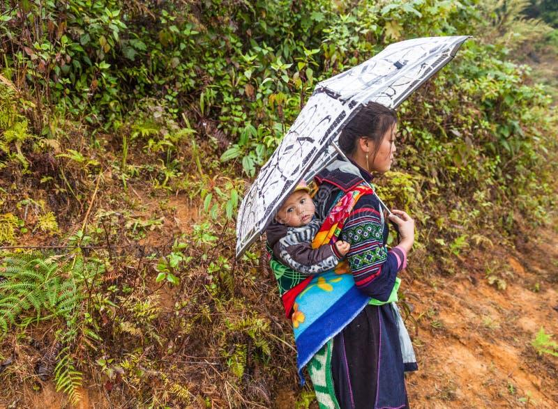 Sa-PA, Vietnam Svart Hmong kvinna med ett barn royaltyfri fotografi