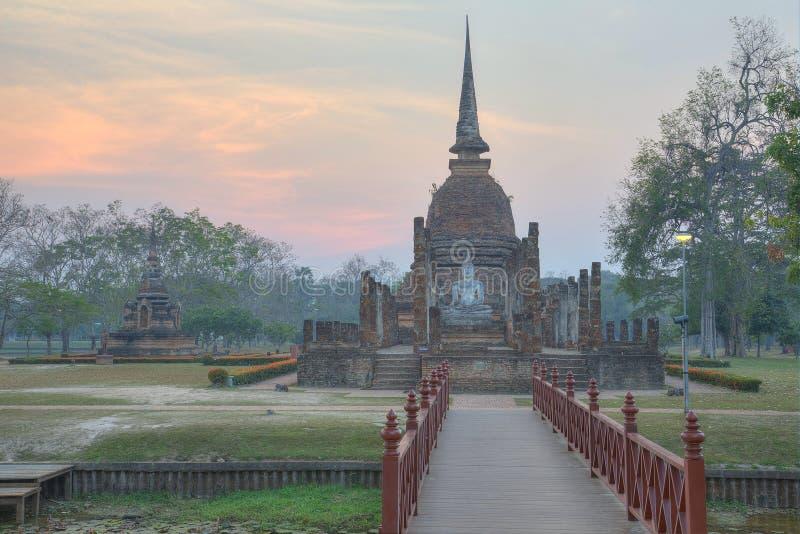 Sa Si Wat日落风景在有落日的Sukhothai历史公园在背景中 库存图片