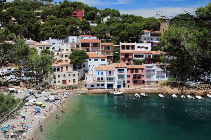 Sa tuńczyka plaża i wioska krajobraz widzieć od starej nadmorski ścieżki, Costa Brava, morze śródziemnomorskie, Catalonia, Hiszpa obraz stock