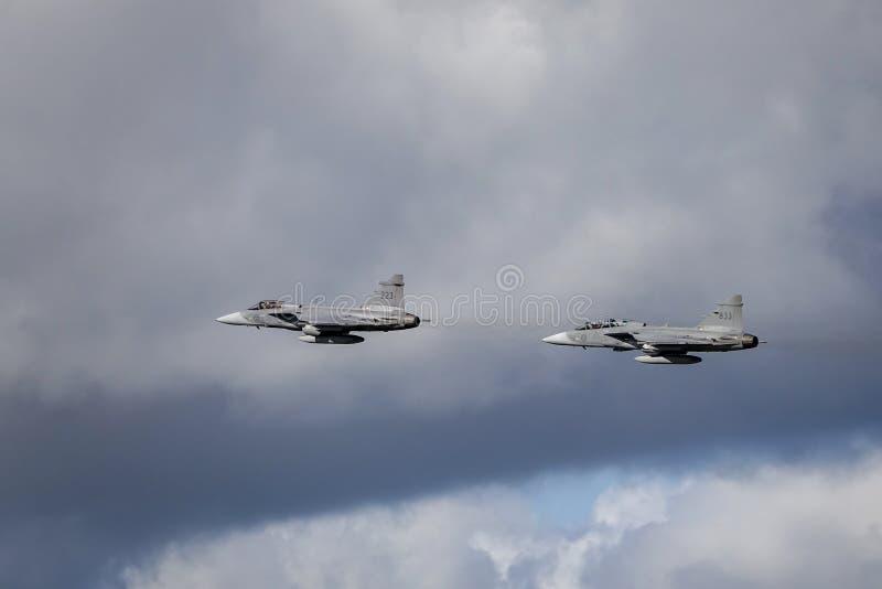 Saab JAS 39 Gripen, combatiente multiusos, vuelo de la formación fotografía de archivo