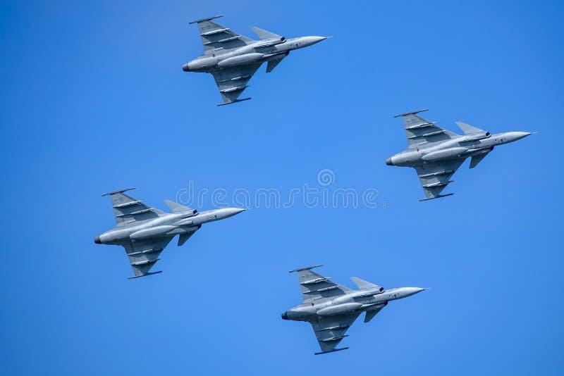 Saab JAS 39 Gripen, combatiente multiusos, vuelo de la formación fotos de archivo libres de regalías