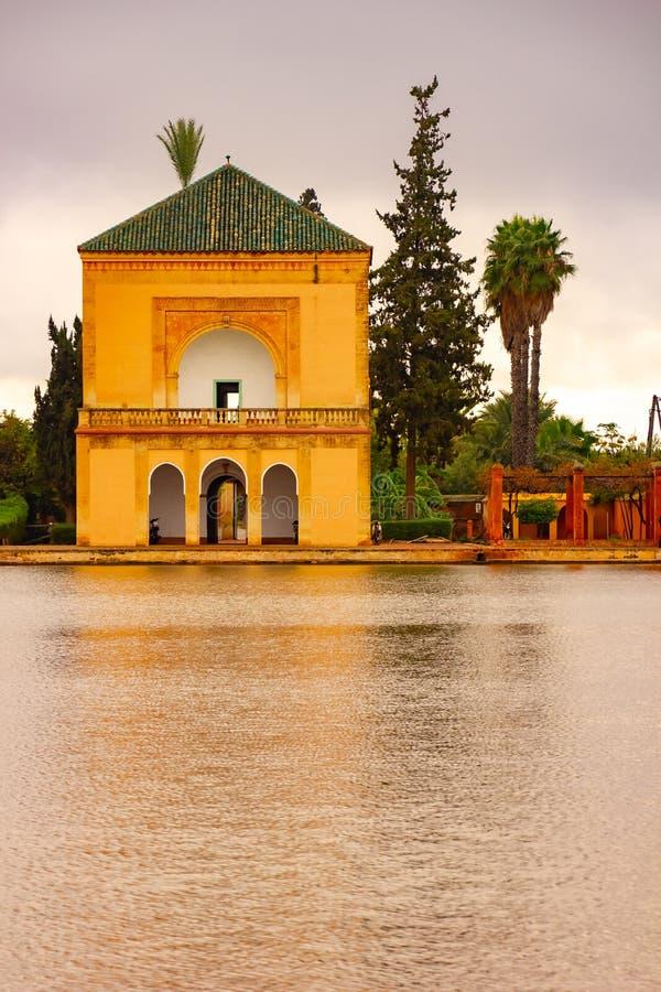 Saadian arbeta i trädgården paviljongen av de Menara trädgårdarna i Marrakech, Marocko, Afrika royaltyfri foto