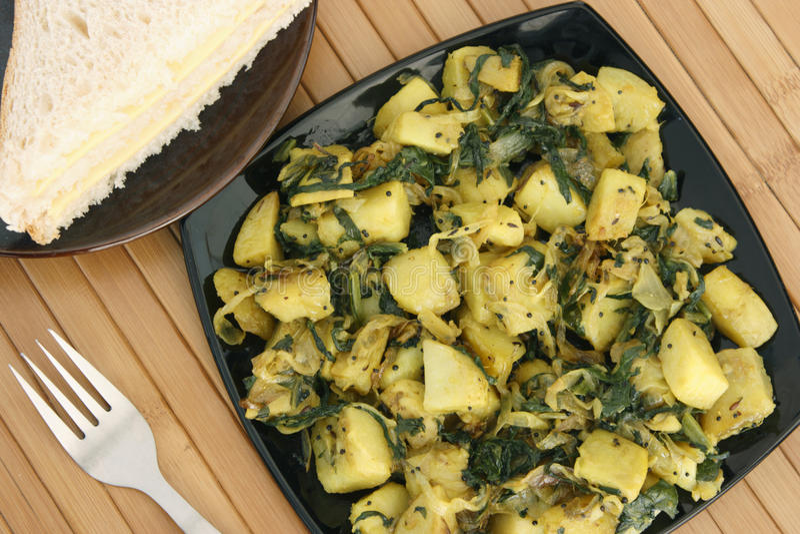 Saag Aloo Bhuna - plato de la patata y de la espinaca imágenes de archivo libres de regalías