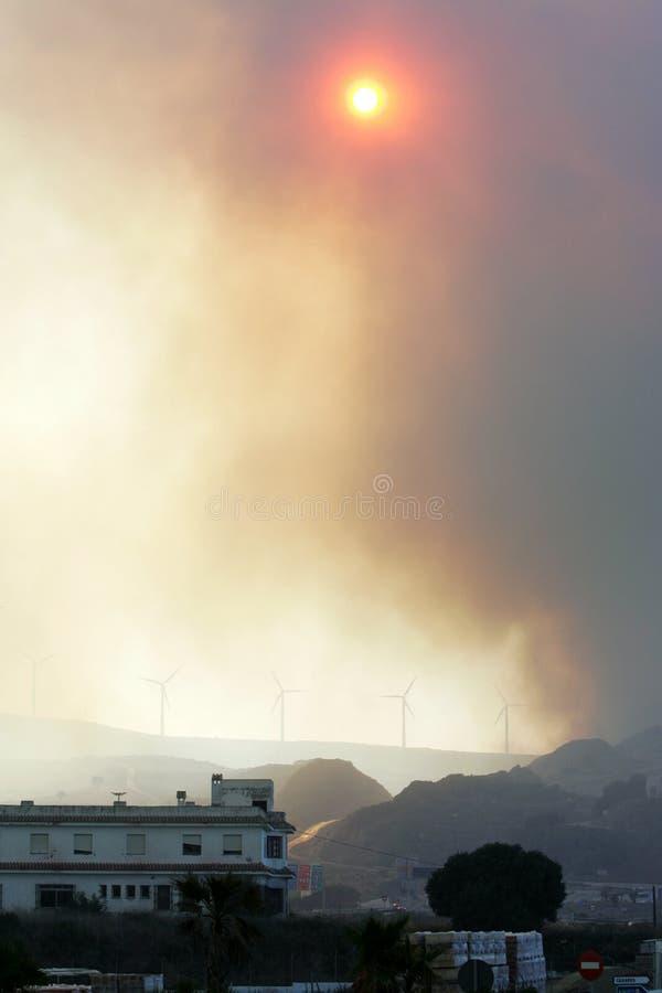 Saaie zon die door rook van bosbrand in Spanje glanst royalty-vrije stock afbeeldingen
