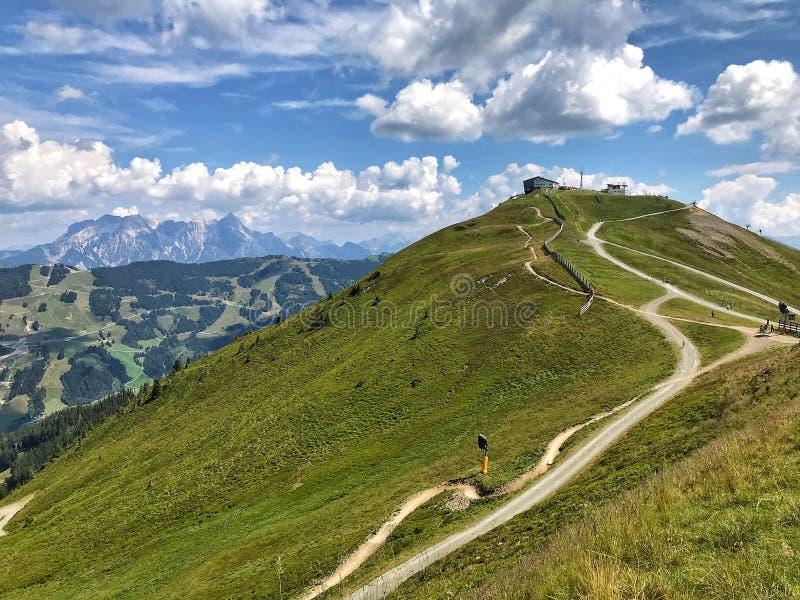 Saalbach-Hinterglemm en Austria Manera a través de las montañas fotografía de archivo libre de regalías