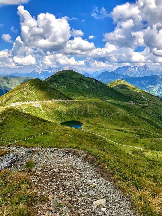Saalbach-Hinterglemm en Austria Montañas, cielos y nubes imágenes de archivo libres de regalías