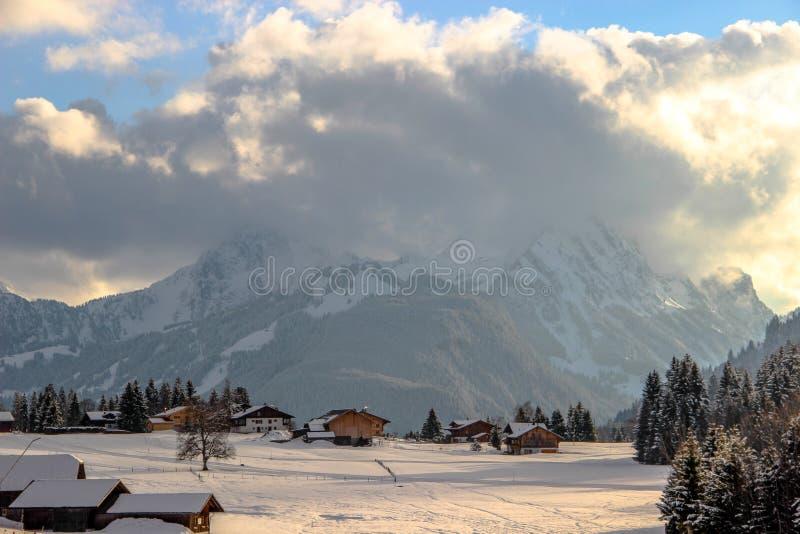 Saanenmöser durante l'alba, Svizzera fotografia stock libera da diritti