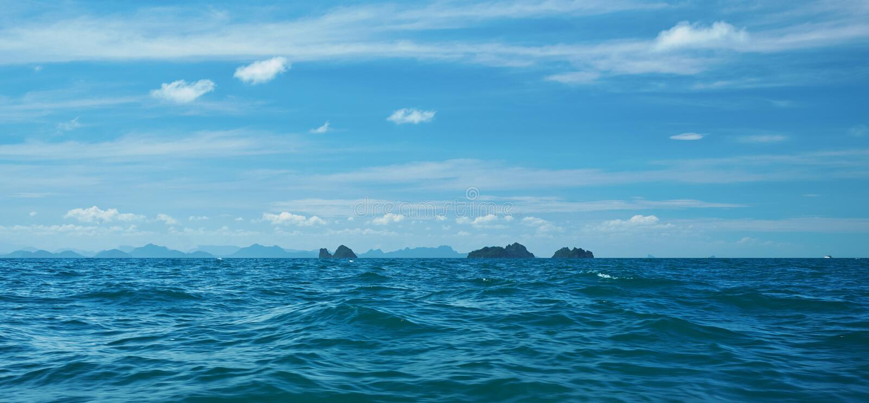 Saap van de diepe blauwe oceaan en de lucht royalty-vrije stock foto