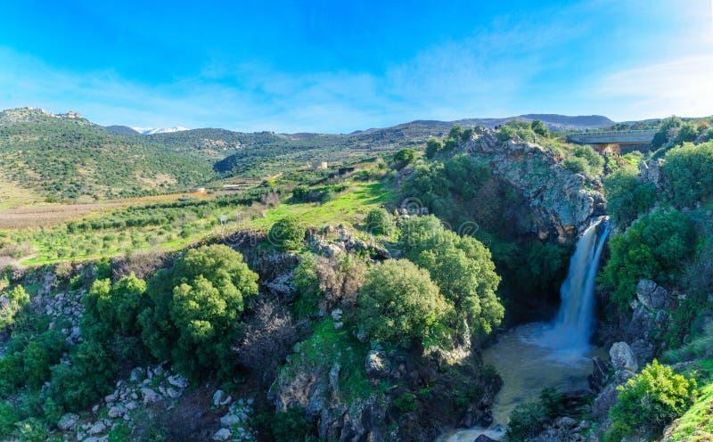 Saar Waterfall, com o Monte Hermon e Nimrod Fortress imagens de stock royalty free