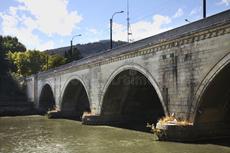 Saarbrücken-Brücke über dem Fluss Kura in Tiflis georgia lizenzfreie stockfotografie