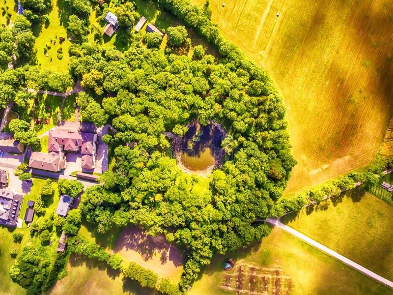 Saarema wyspa, Estonia: powietrzny odgórny widok główny meteorytu krater w wiosce Kaali zdjęcia royalty free