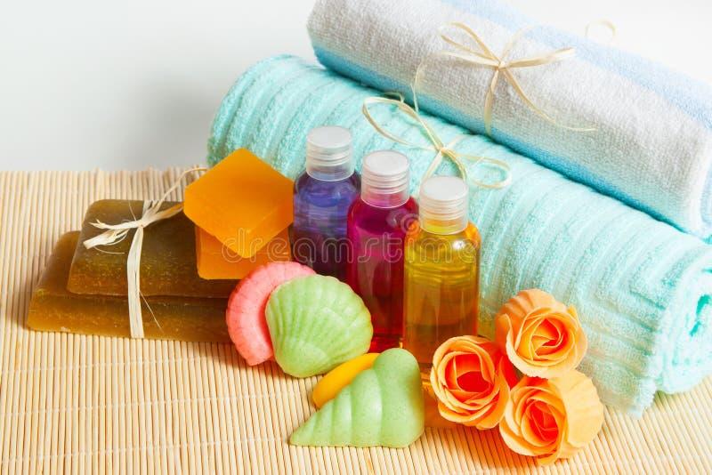 Sabão, champô e gel hidratando com uma toalha, acessórios do chuveiro do banho foto de stock royalty free