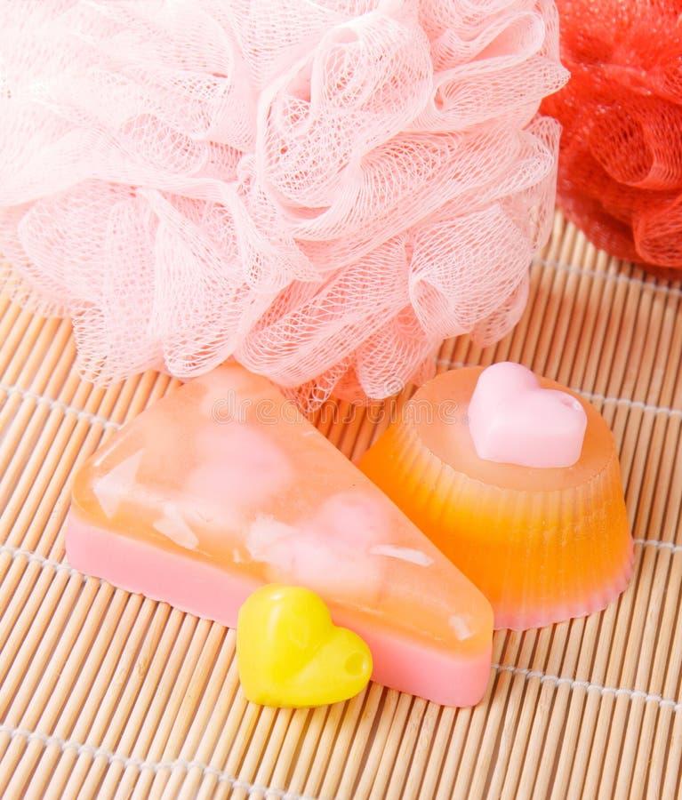 Sabão com os washcloths do pufe do chuveiro imagens de stock