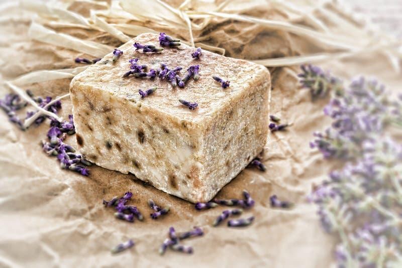 Sabão e alfazema naturais de Aromatherapy fotografia de stock