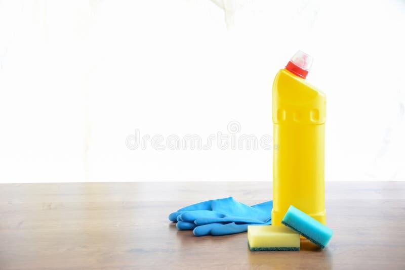 Sabão e toalhas de rosto na tabela Limpezas para limpar Sagacidade da garrafa imagem de stock royalty free