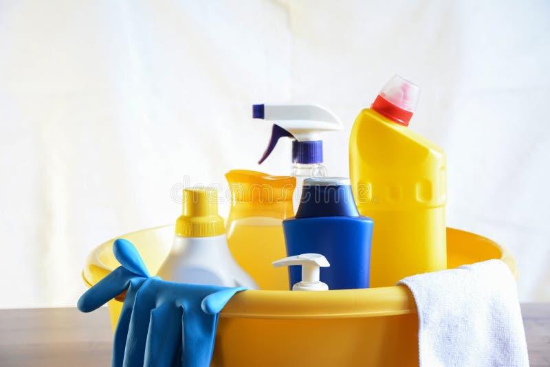 Sabão e toalhas de rosto na tabela Limpezas para limpar Sagacidade da garrafa imagens de stock royalty free