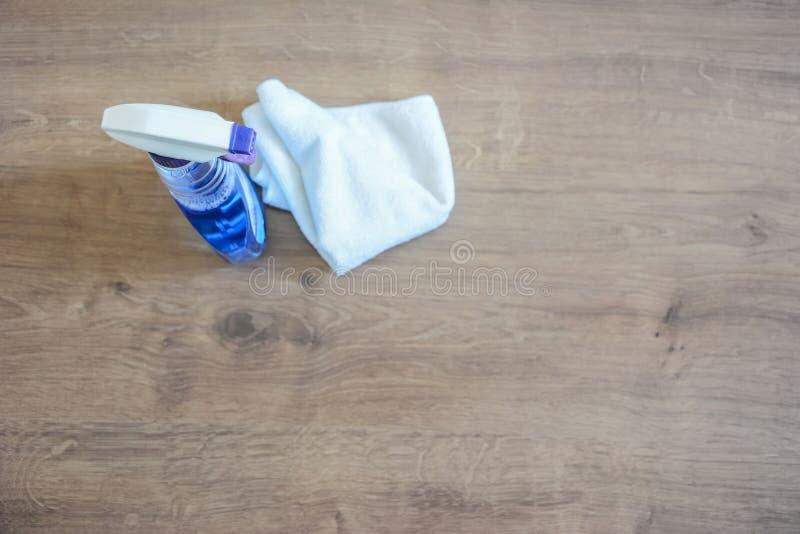 Sabão e toalhas de rosto na tabela Limpezas para limpar Sagacidade da garrafa imagem de stock